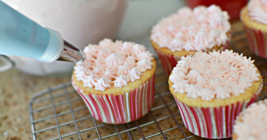 decorating cupcakes with champagne frosting