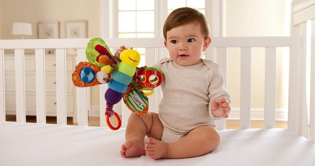 freddie mainan kunang-kunang di tangan bayi
