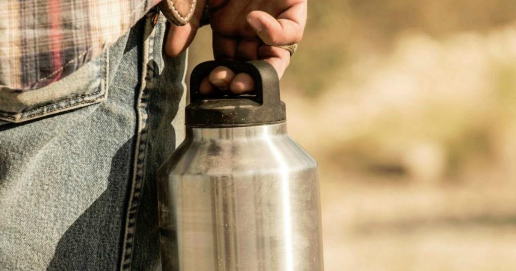 man holding dusty yeti rambler by the lid