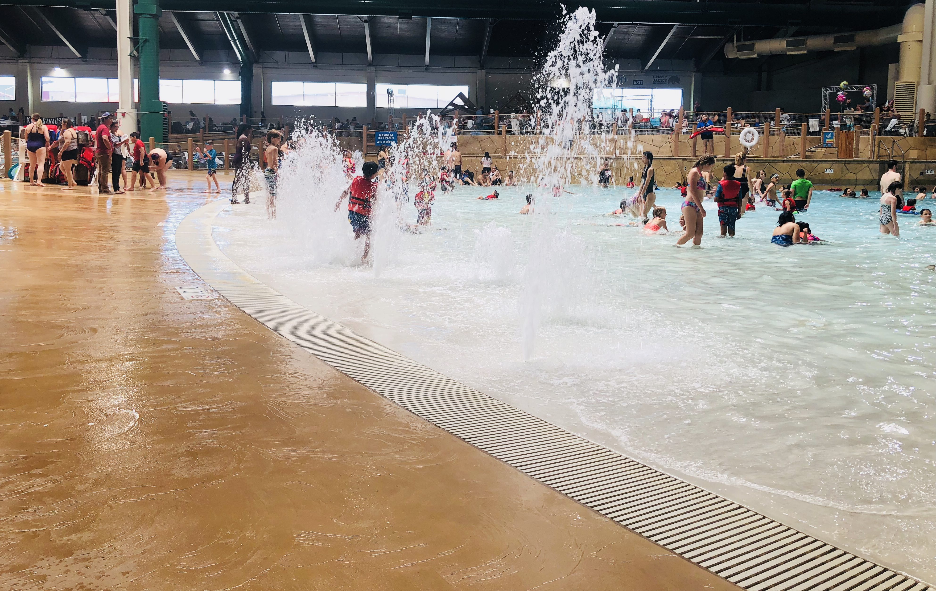 13 tips for your great wolf lodge vacation   beach entry pool