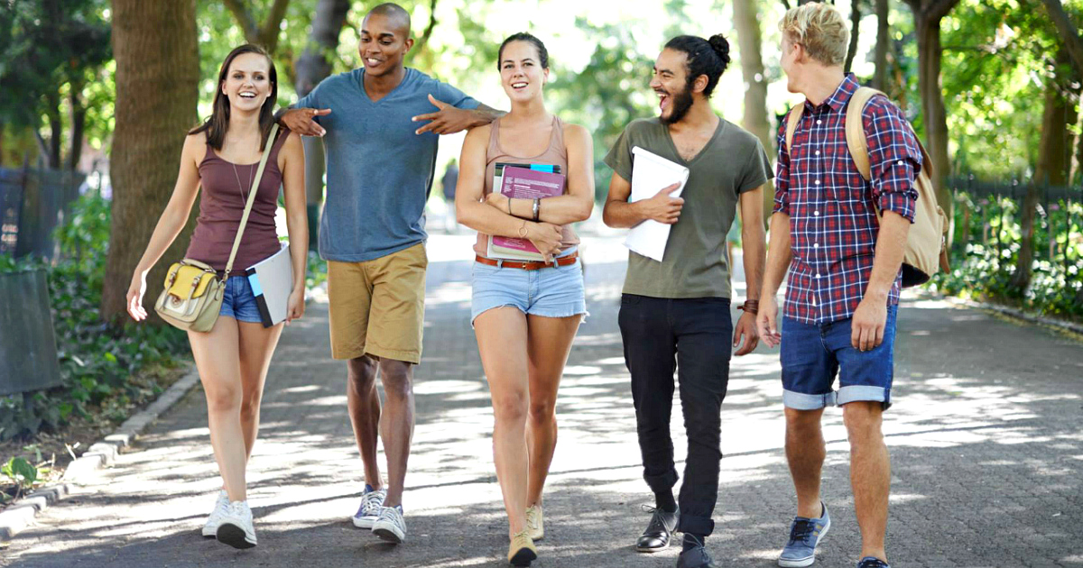 22 college student discounts & freebies – College students walking