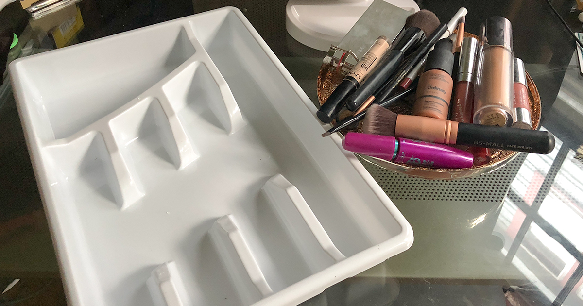 Clever and cheap makeup storage hacks like this flatware tray will save you time and money!