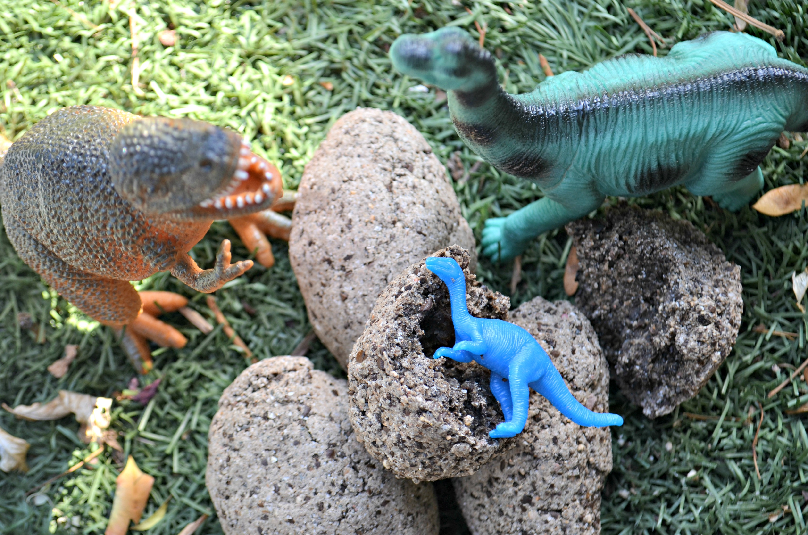 diy dinosaur surprise eggs – Dinosaurs and eggs in the grass