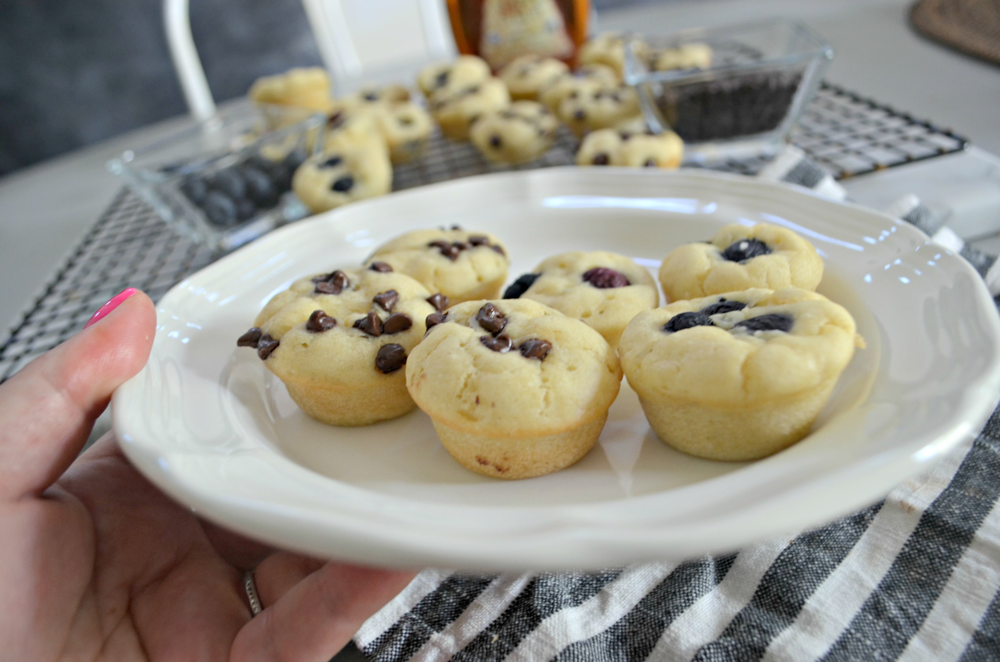 These gluten-free pancake bites are an easy breakfast idea – muffins on a plate