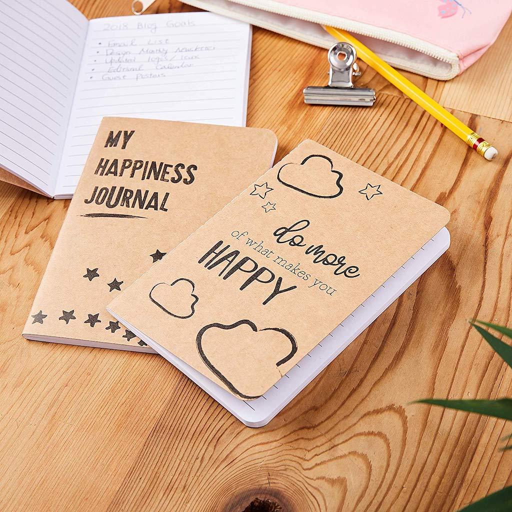 jurnal kebahagiaan di atas meja