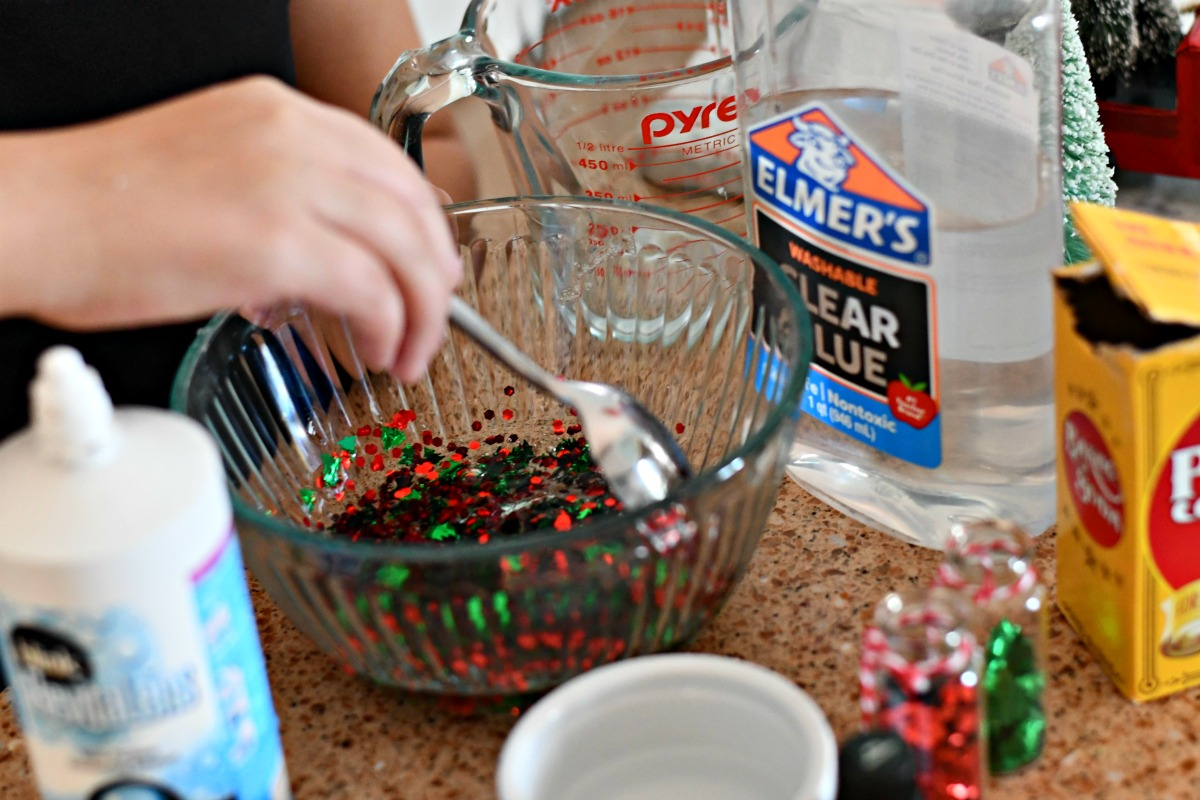 Make Christmas Tree Slime – mixing the ingredients