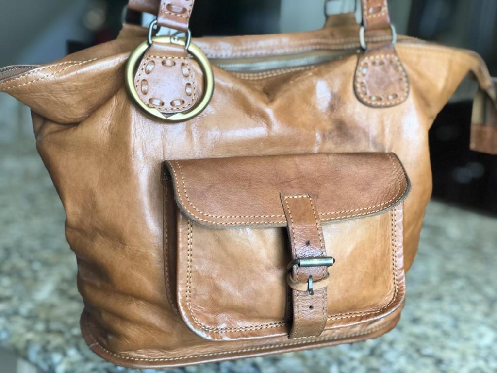 Clipa hanger on purse