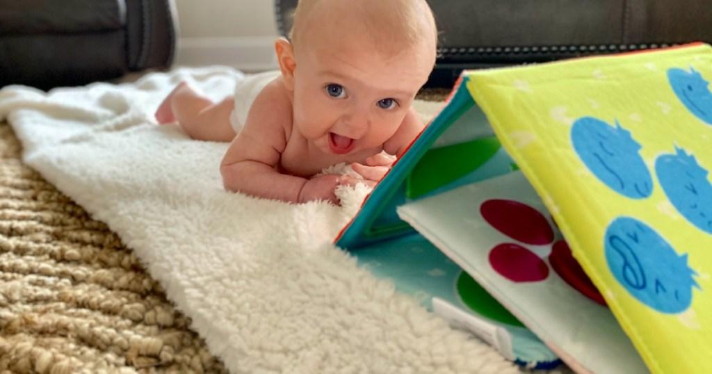 bayi dengan proyek peti kiwi