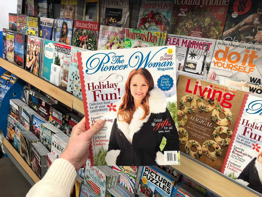 hand holding a pioneer woman magazine