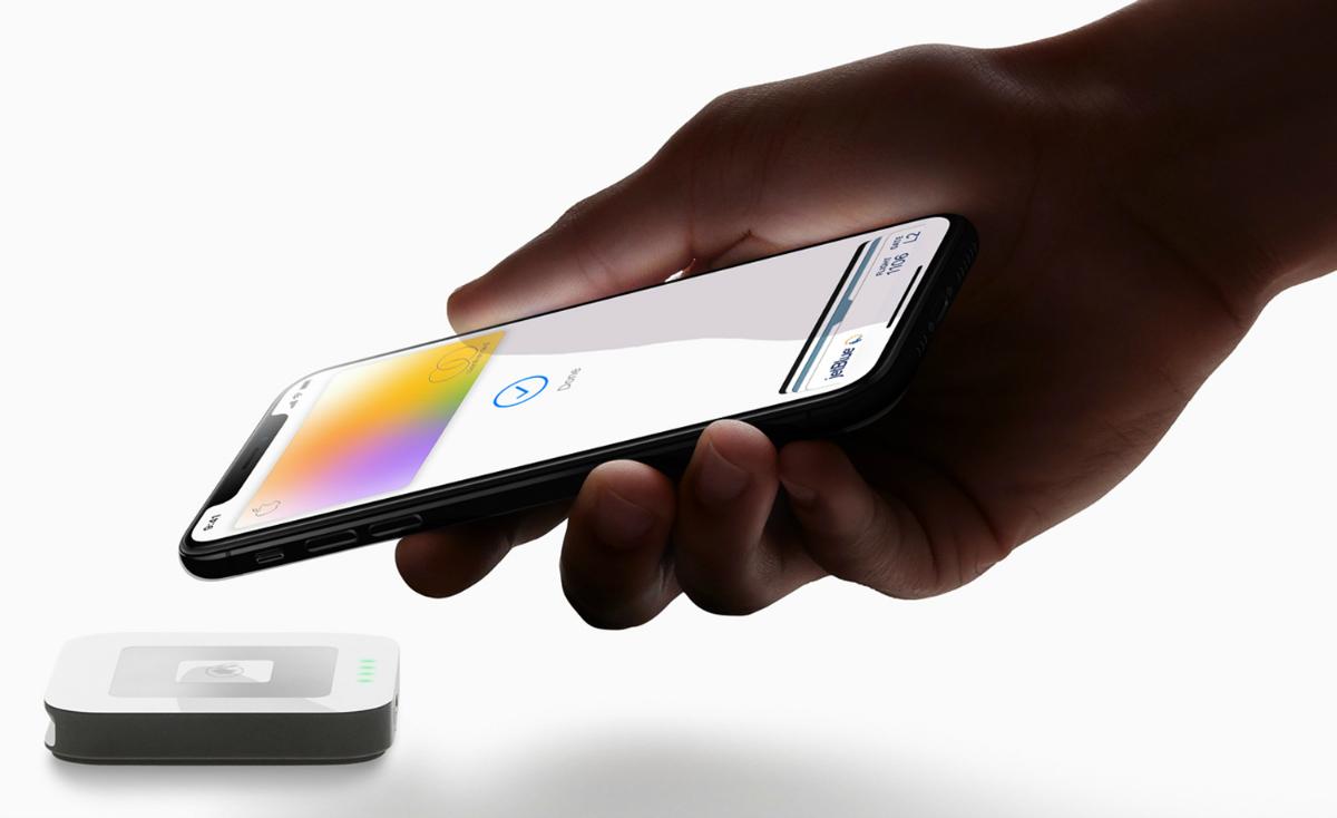 Apple Card hand iPhoneXS payment