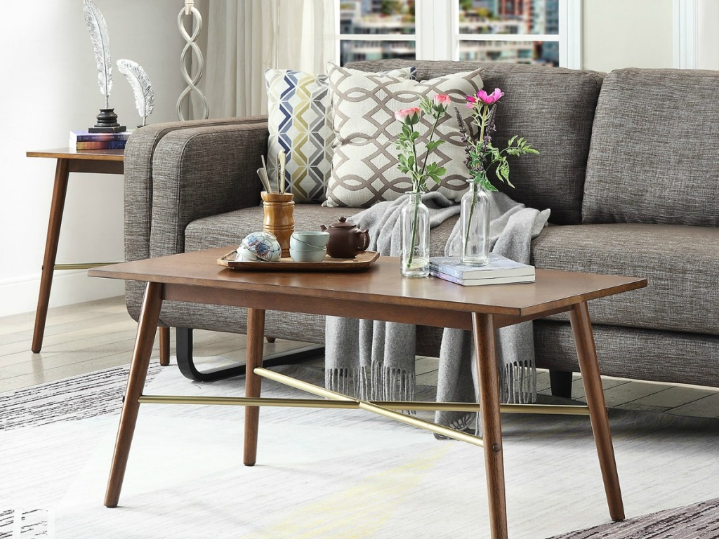 Elizabeth Coffee table with thin spindle legs