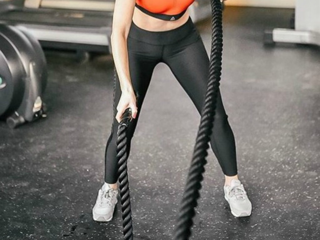 woman wearing reebok tights working out in gym