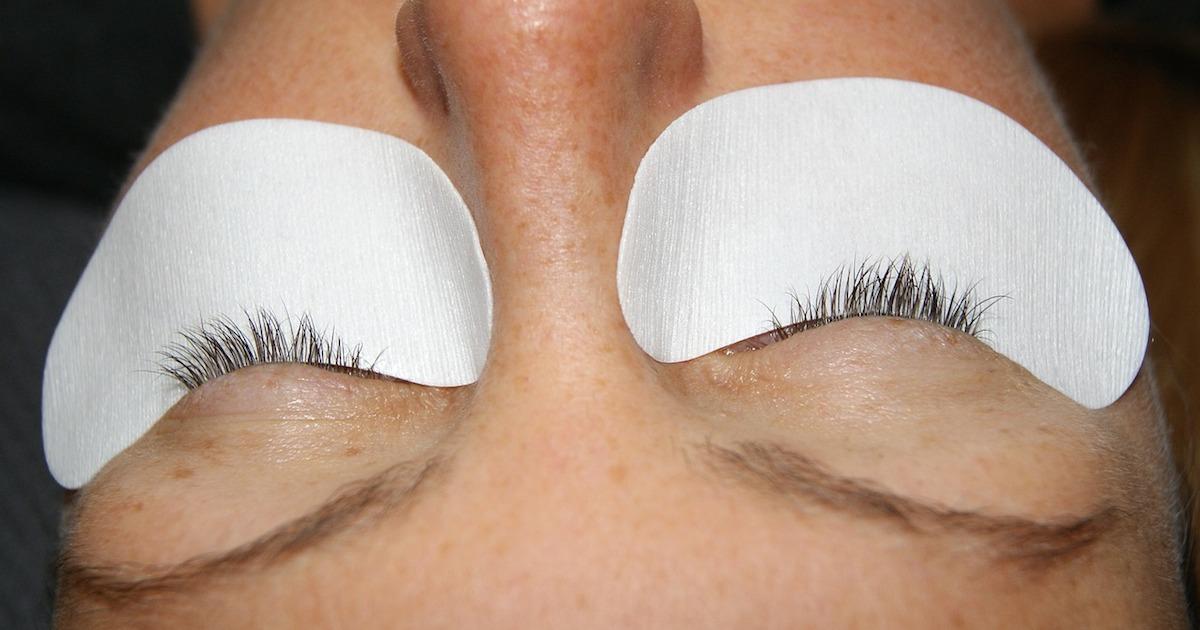 Pros and Cons of Eyelash Extensions vs. False Eyelashes