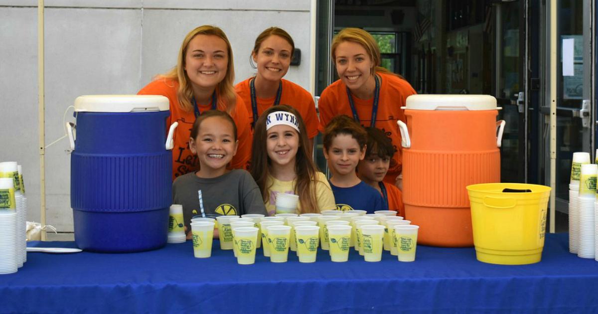 kids selling lemonade at lemonade stand
