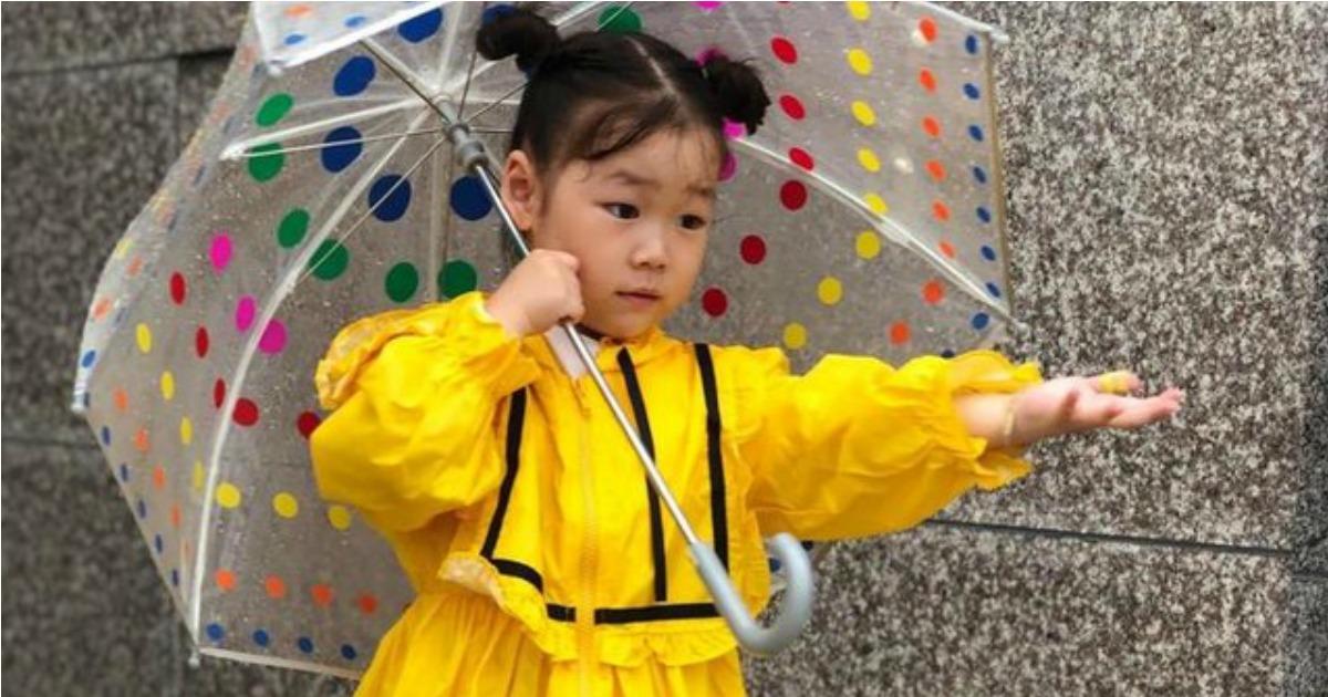 Totesgirl holding Kids Primary Dots Umbrella