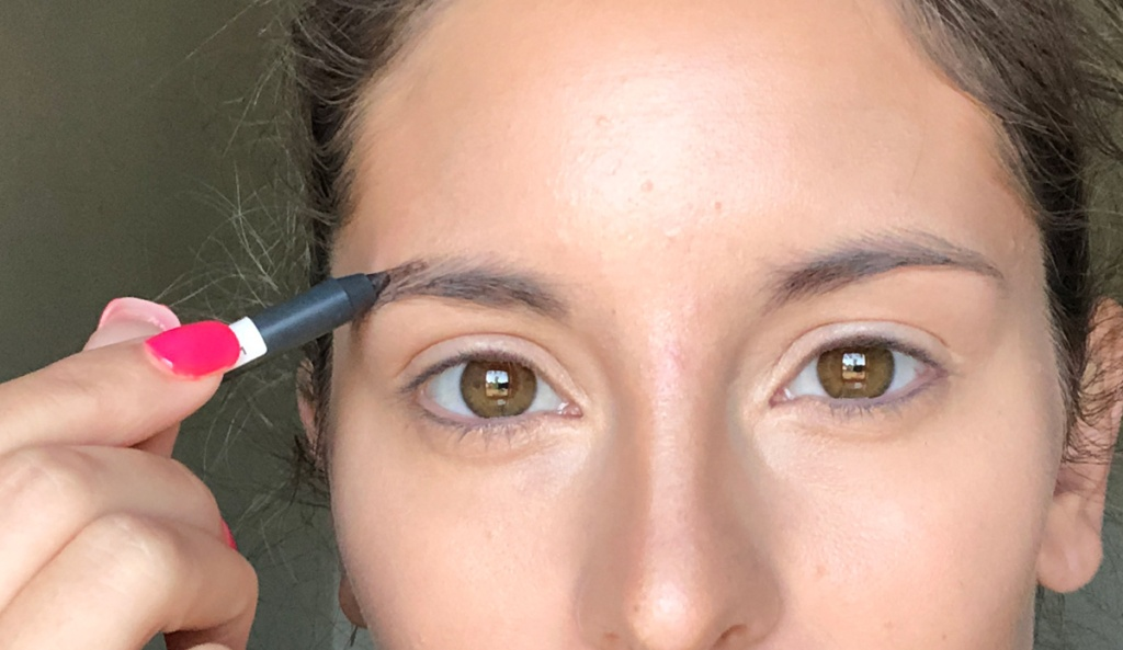 filling in eyebrows with eyebrow pencil