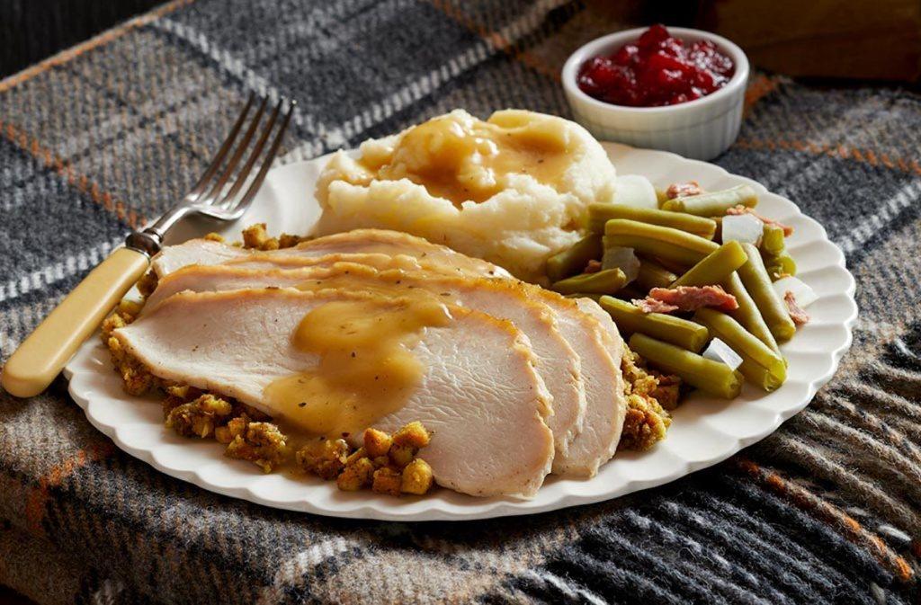 Thanksgiving-Dinner-Teller mit Truthahn, grünen Bohnen und Kartoffelpüree