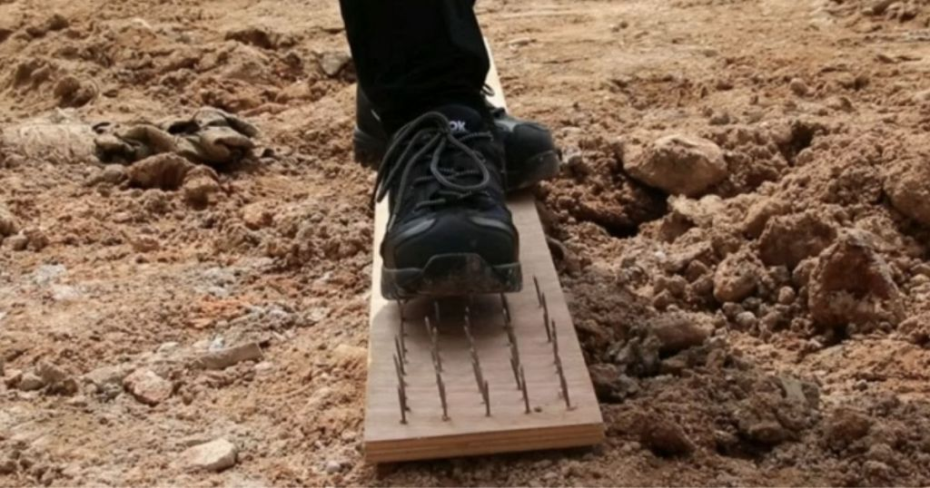Fires Men's Work Safety Shoes walking on board with nails