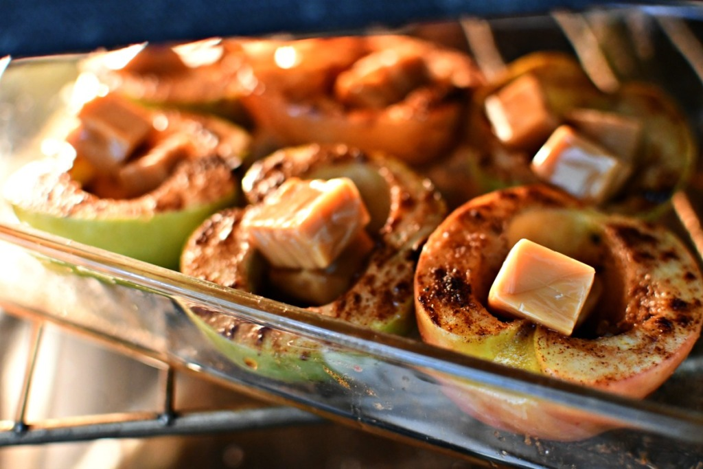 roasted spiced apples with caramel inside