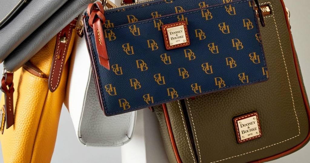 Dooney & Bourke Crossbody Bags dalam berbagai model dan warna digantung