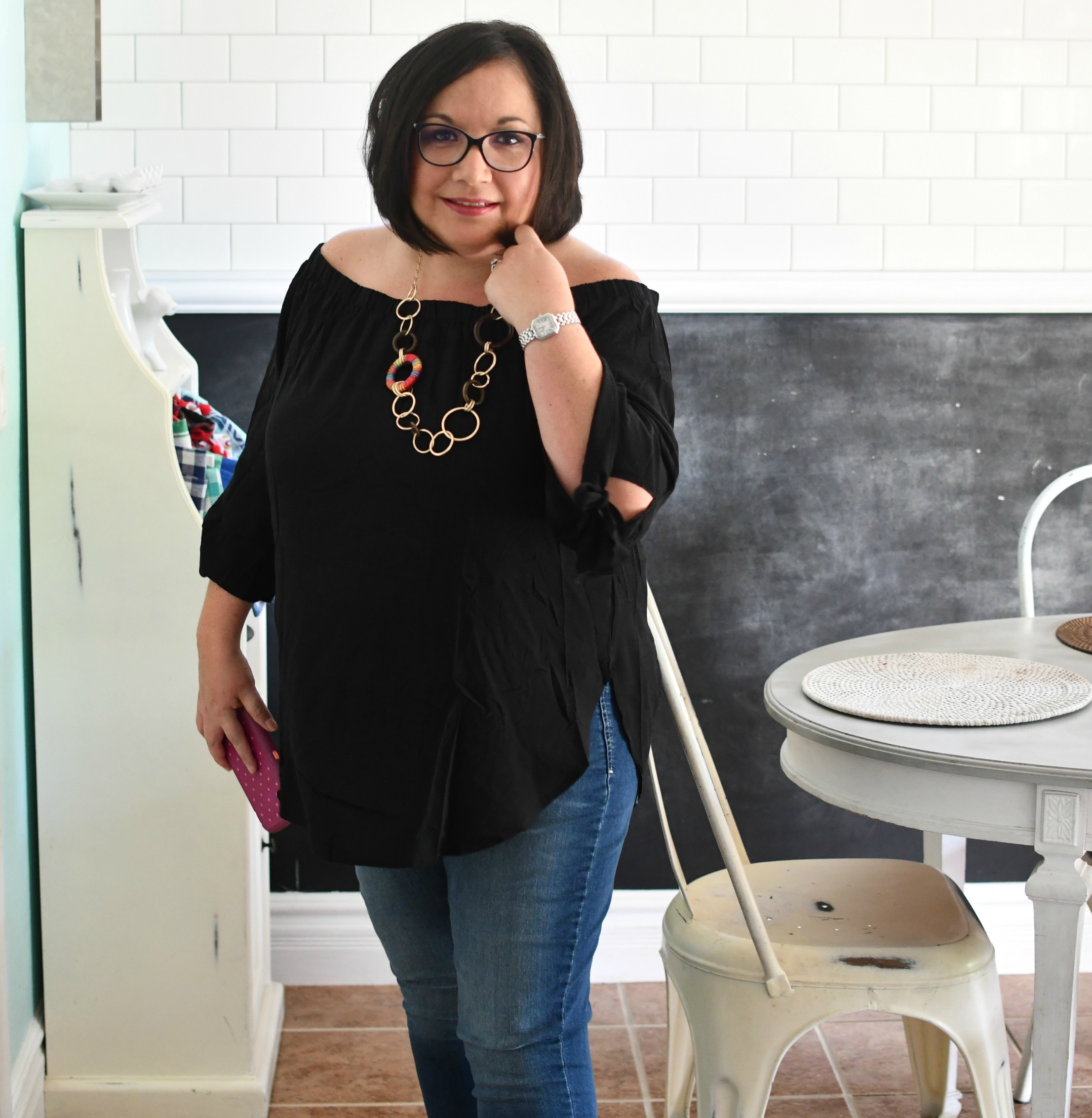 woman wearing black tunic top and skinny jeans