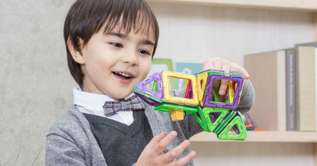 anak laki-laki bermain dengan Magformers Space Set