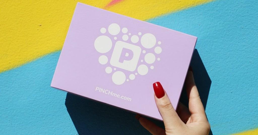 Wanita memegang Kotak Sampel PinchMe ungu