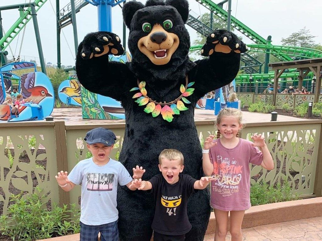 preK kids standing next to bear mascot at Dollywood