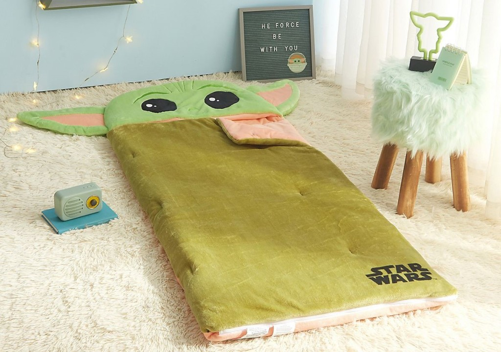 kantong tidur bayi yoda di lantai