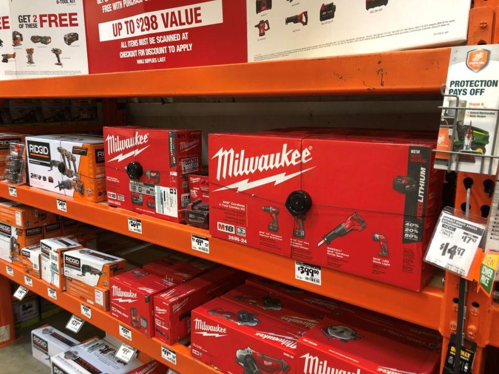 Peralatan Milwaukee di rak di Home Depot