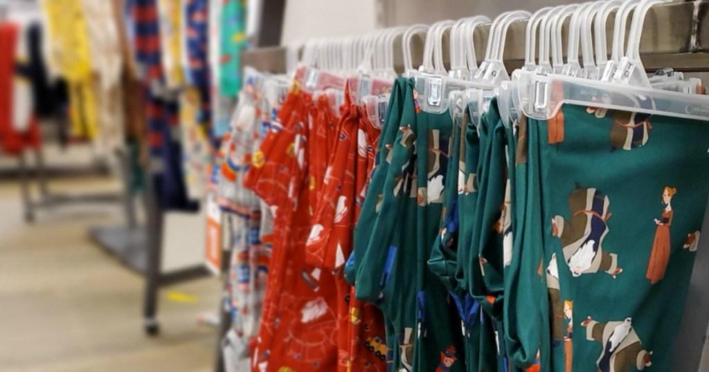 Celana PJ Navy tua tergantung di dalam toko
