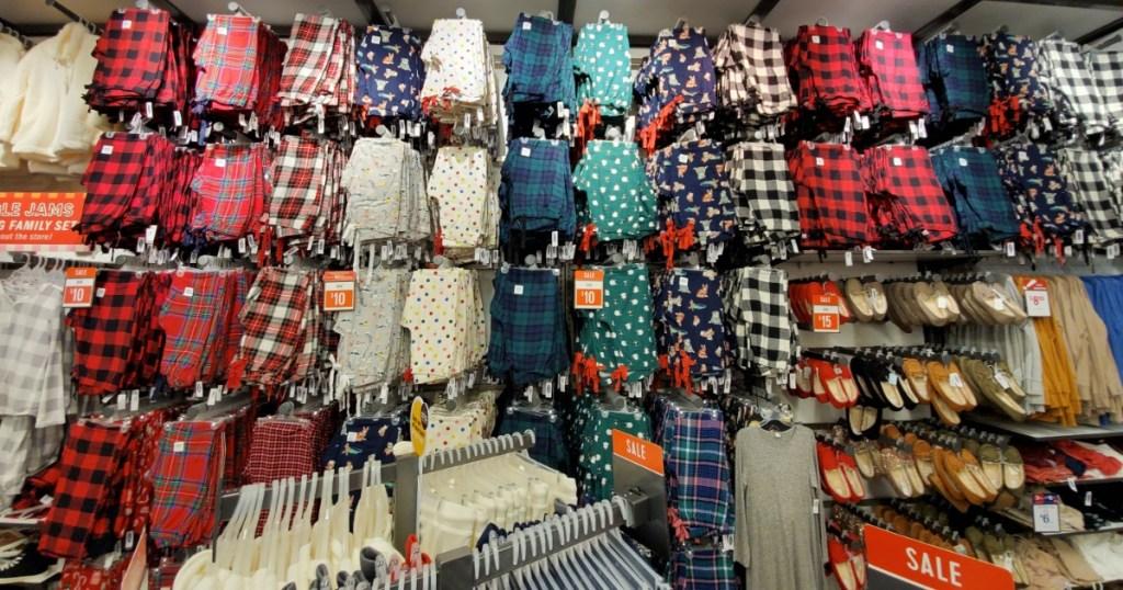 Pajangan besar dari Celana Piyama Angkatan Laut Tua di dalam toko