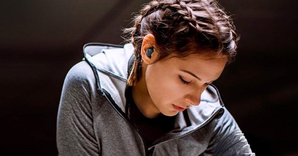 woman using black samsung galaxy earbuds