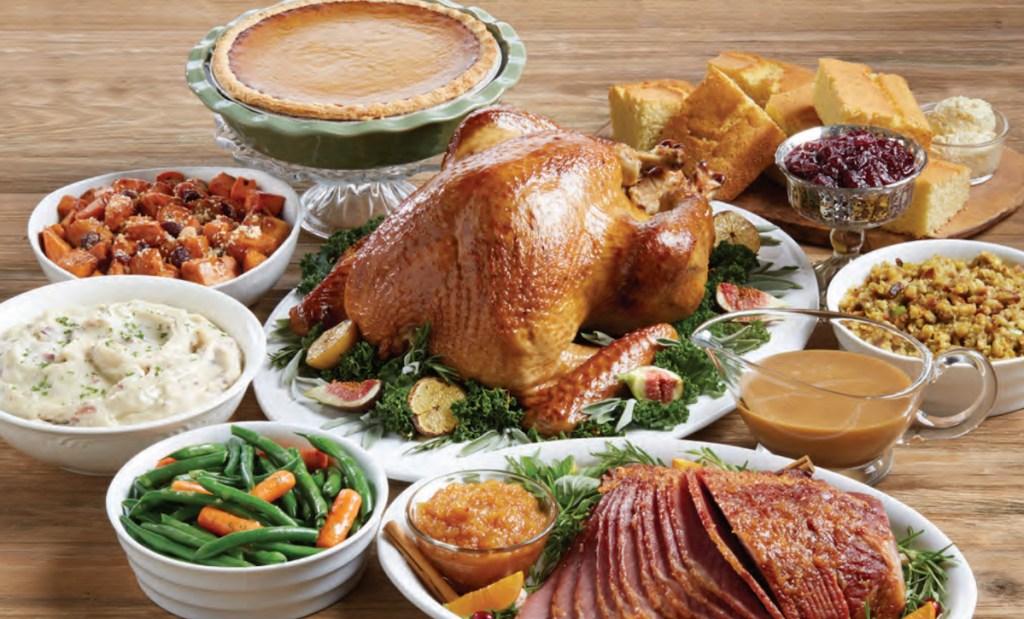 Marie Callender's Thanksgiving-Schmaus auf dem Tisch's thanksgiving food spread on table