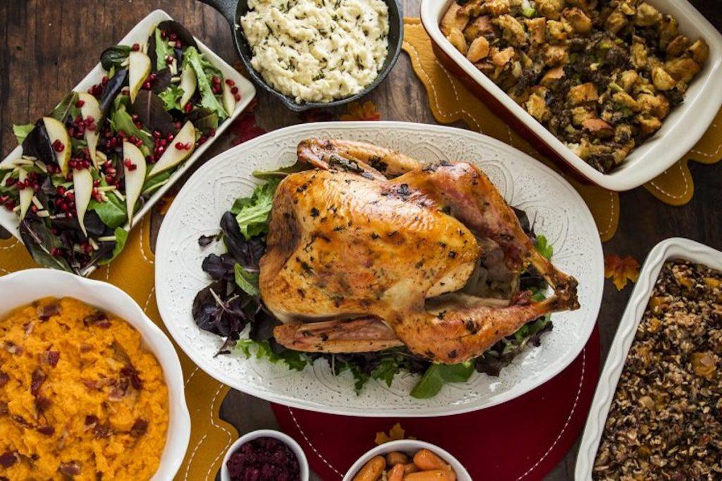 Vorgekochtes Thanksgiving-Dinner auf dem Tisch