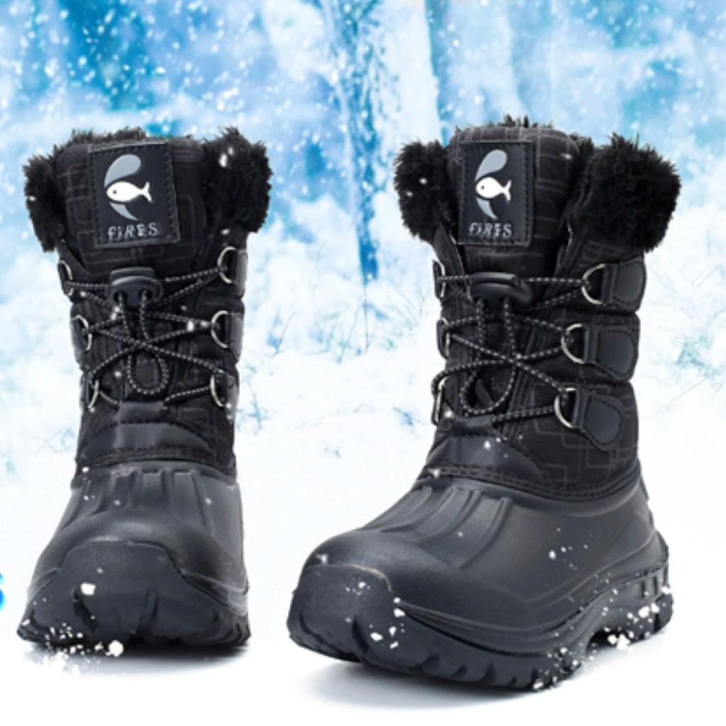 Kids Snow boots in black in snowy scene