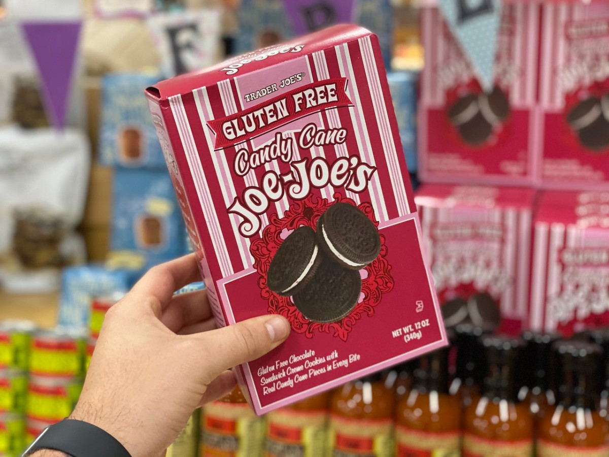 memegang sekotak Trader Joe's Candy Cane Joe Joe's