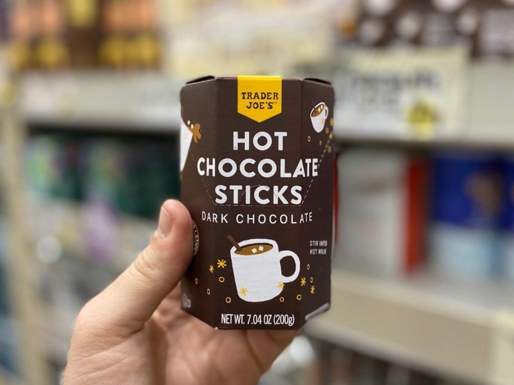 memegang Hot Chocolate Sticks di Trader Joe's