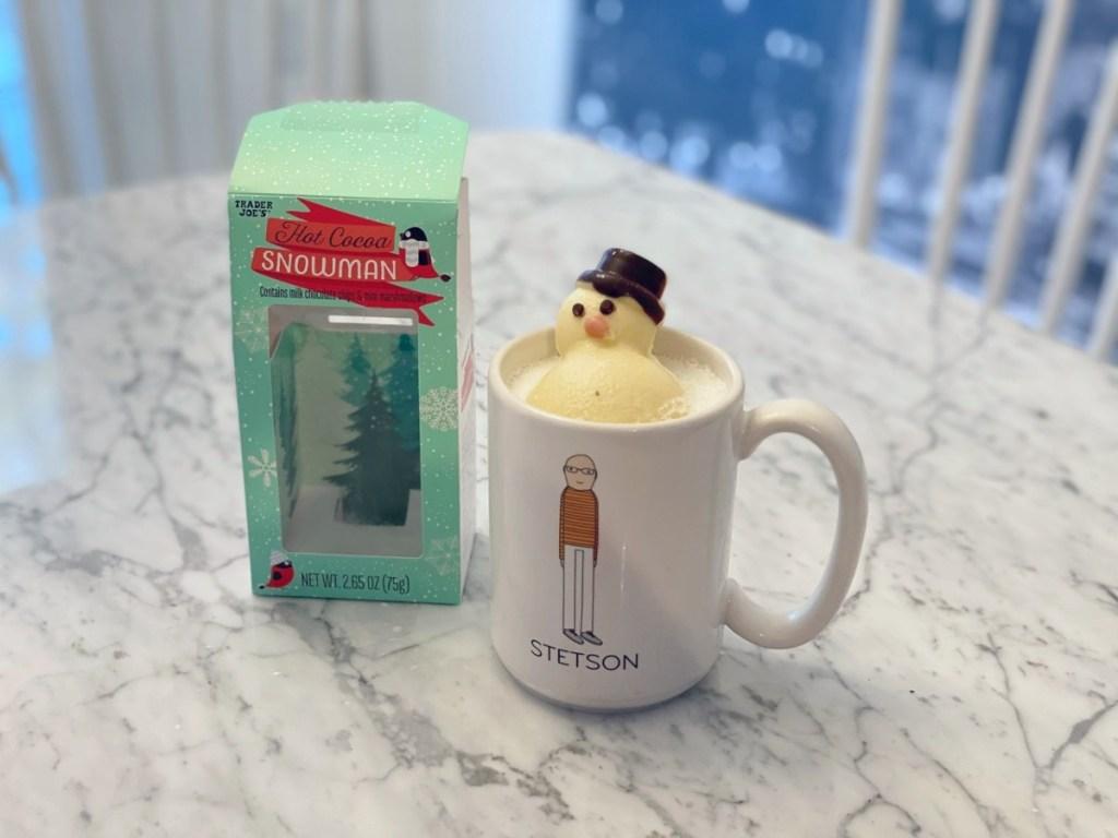 manusia salju cokelat panas meleleh dalam mug