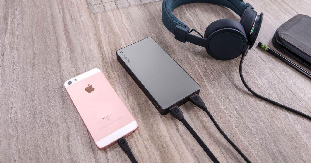 Grey Mophie Powerbank charging pink iphone