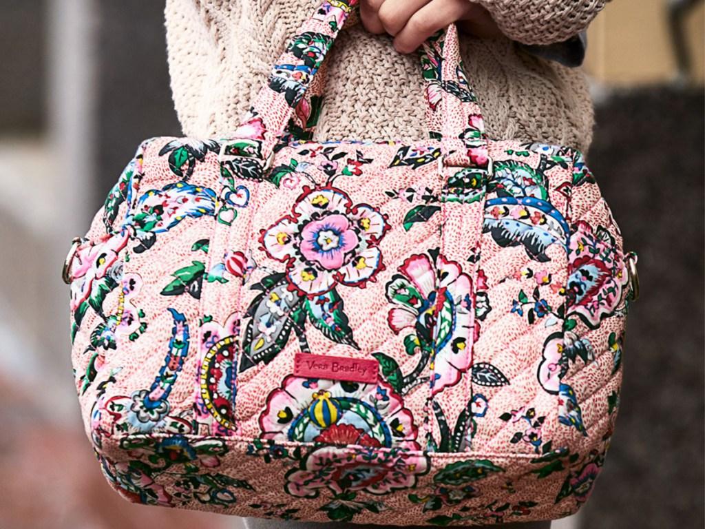 Vera Bradley 100 Handbag Stitched Flowers di tangan wanita