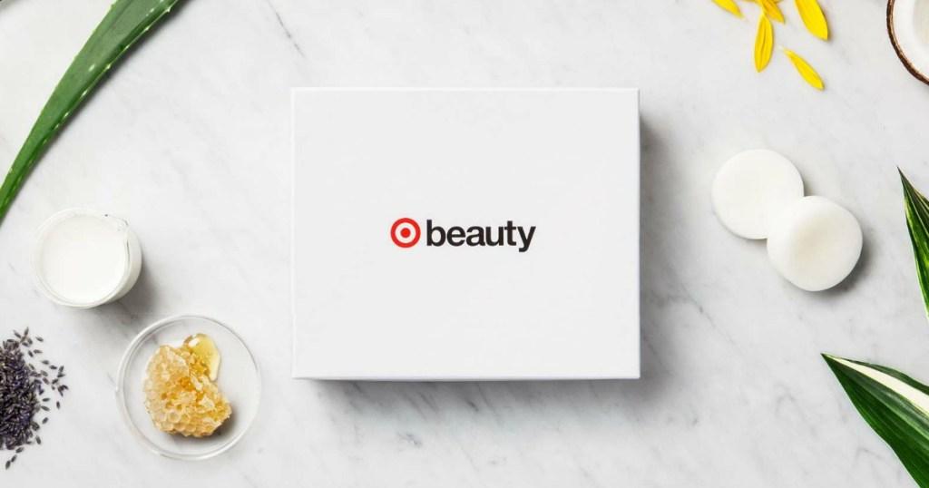 Targetkan kotak kecantikan dengan mangkuk madu dan tanaman di sekitarnya