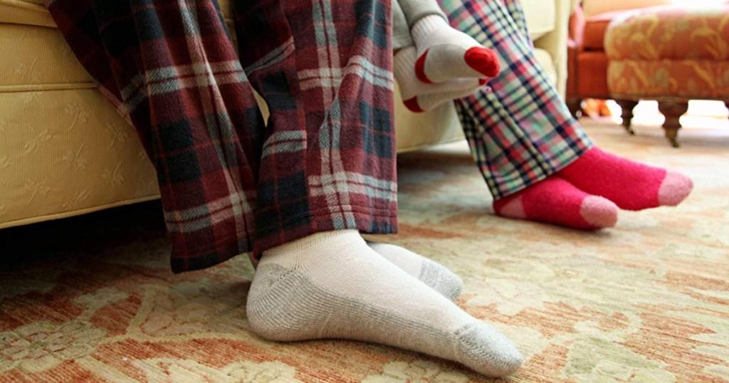 fruit of the loom mens crew socks on feet
