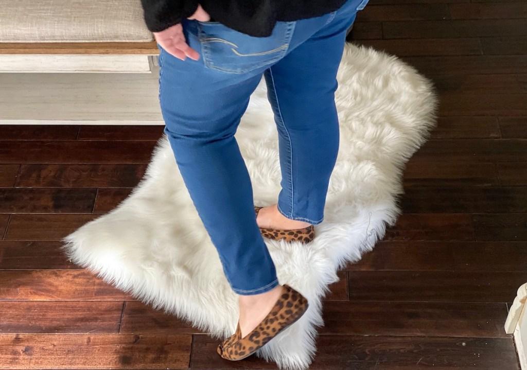 woman wearing blue denim jeans and leopard flats