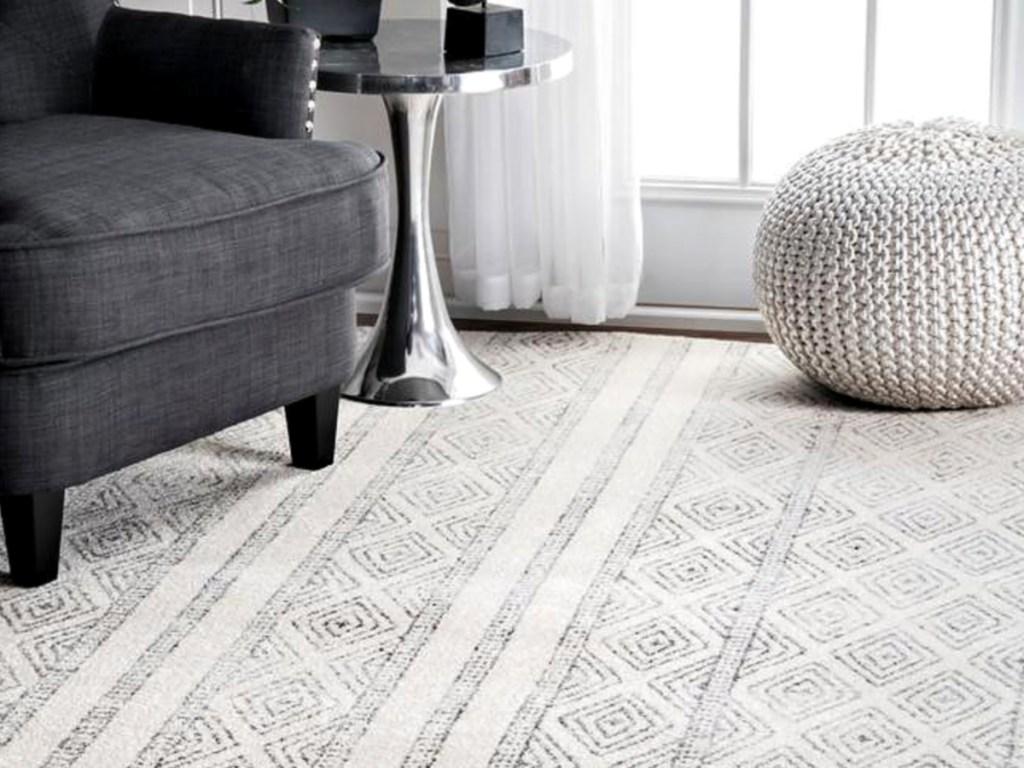nuLOOM Sarina Tribal Diamond Striped Gray 2ft x 3ft Area Rug in livingroom