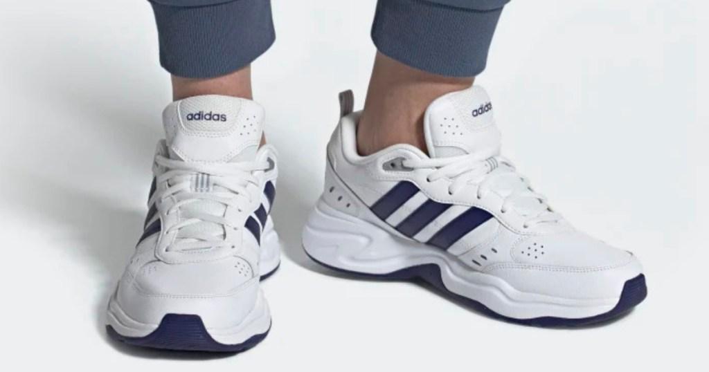 white and blue men's running shoe