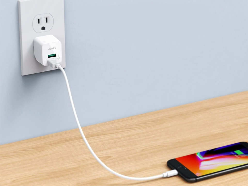 iphone plugged into aukey charger