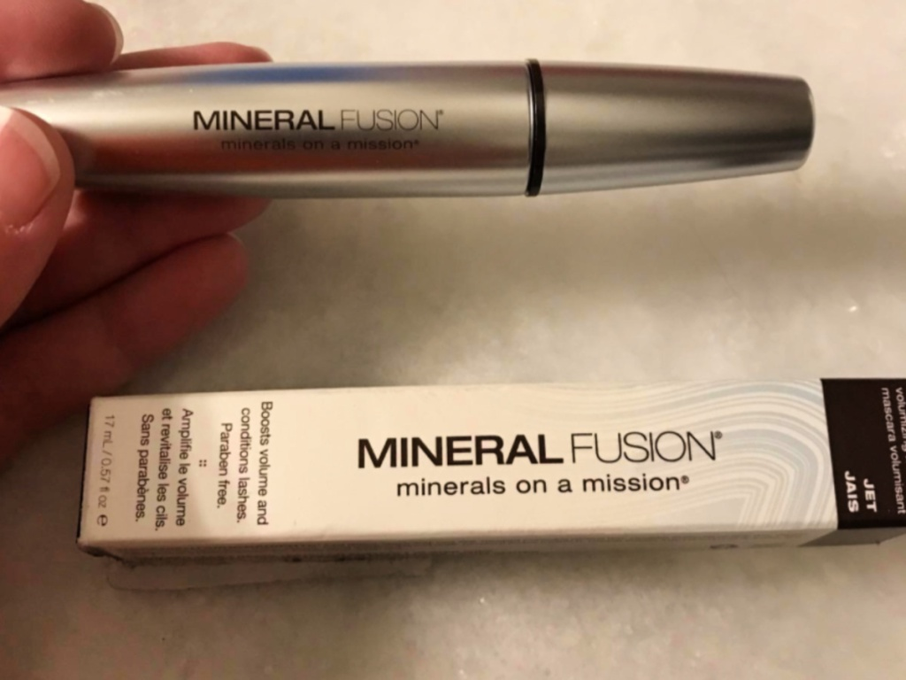 hand holding mineral fusion mascara