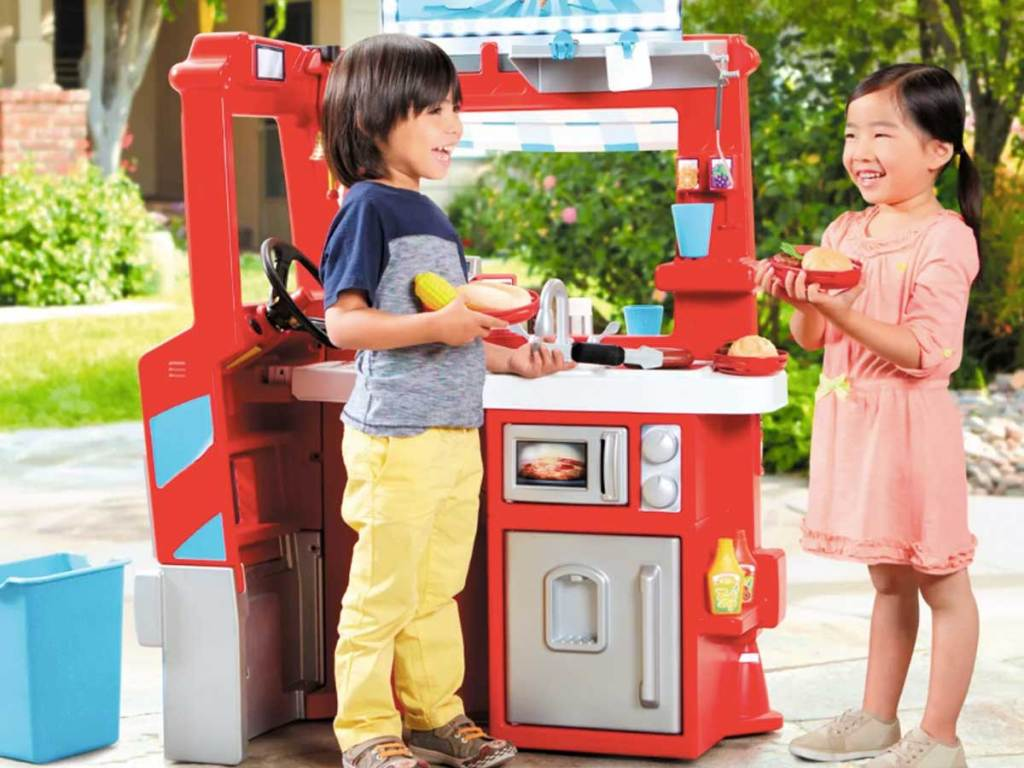 kids playing with little tikes 2 in 1 play food truck kitchen