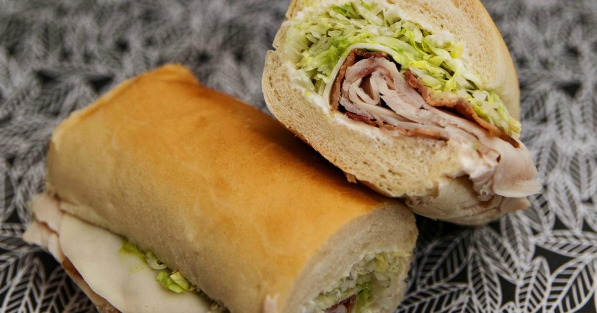Sandwich Jimmy John dipotong menjadi 2 bagian